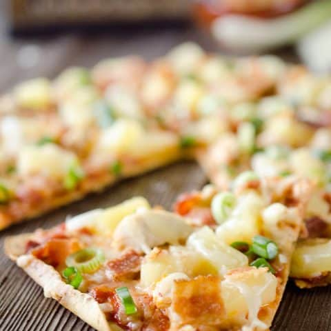 Light Pineapple, Chicken & Bacon Pizza i an easy and healthy dinner for two with juicy pineapple, sharp Manchego cheese and shredded chicken with crisp bacon. #Pizza #Light #Chicken #Healthy