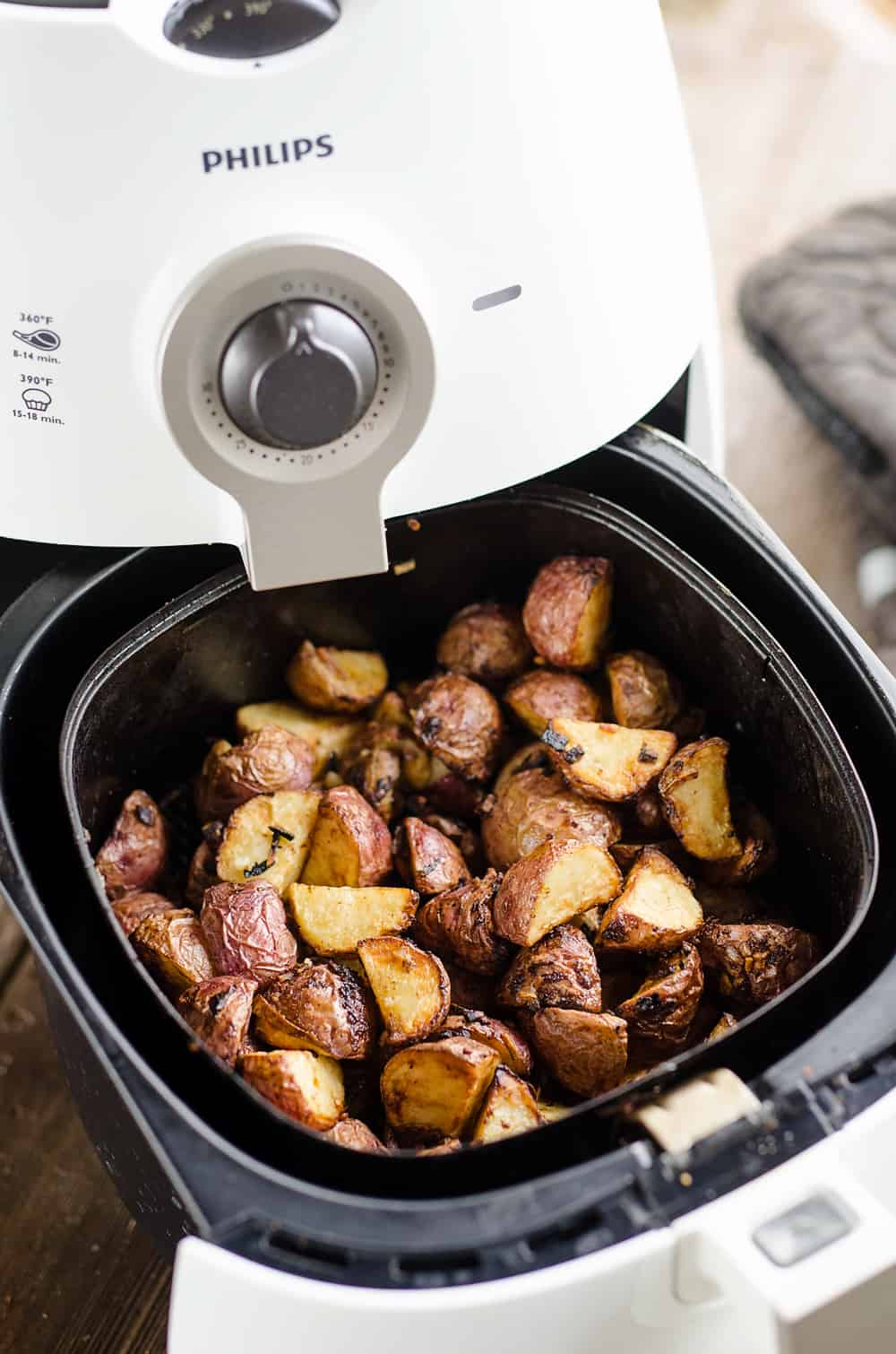 Airfryer Crispy Roasted Onion Potatoes in the Airfryer basket